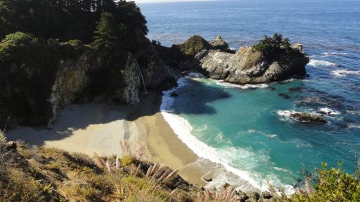 Cachoeira que deságua na praia na Highway 1 ou California 1 Ou Pacific Coast Highway