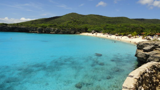 Praia Kenepa Grand em Curaçao mar azul cristalino no Caribe