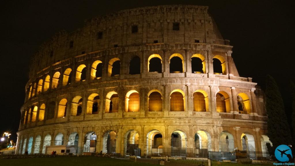 Coliseu em Roma na Itália à noite