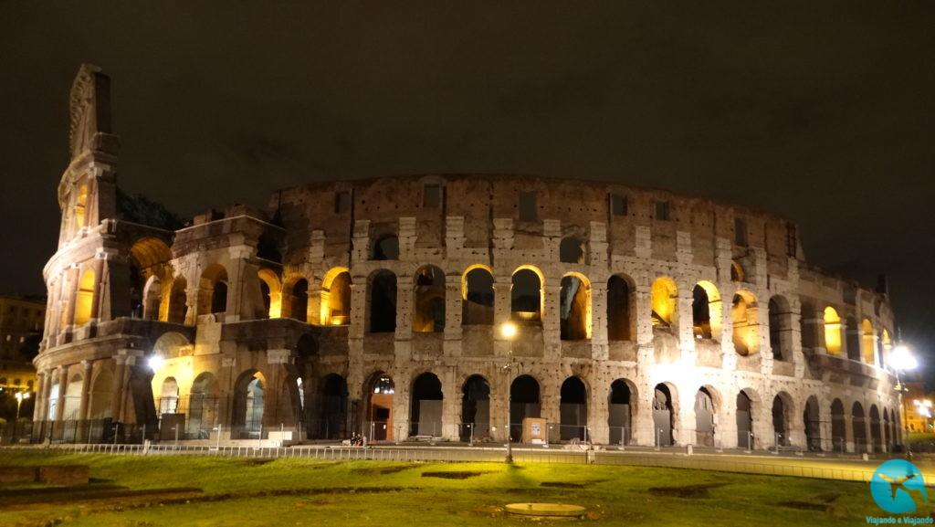 Coliseu ou Coliseum à noite em Roma