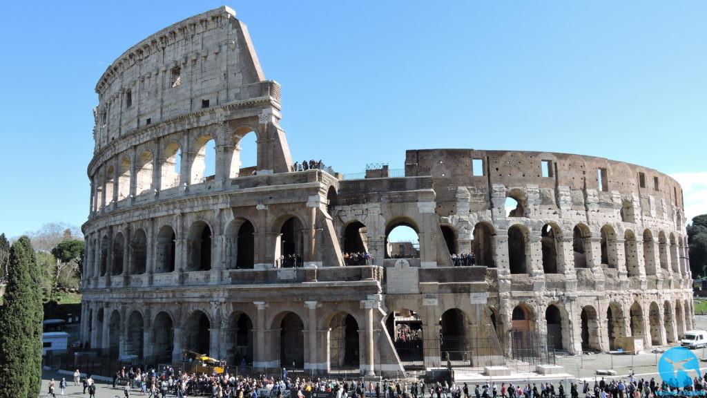 Visitando o Coliseu ou Coliseum no centro de Roma na Itália