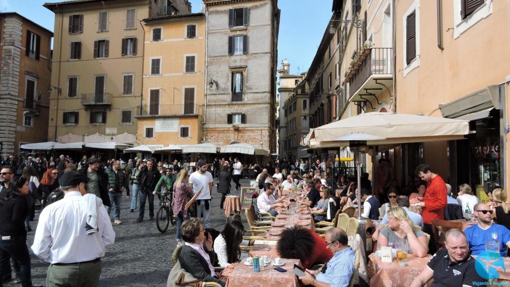 Movimento de bares e restaurantes em torno do Pantheon em Roma