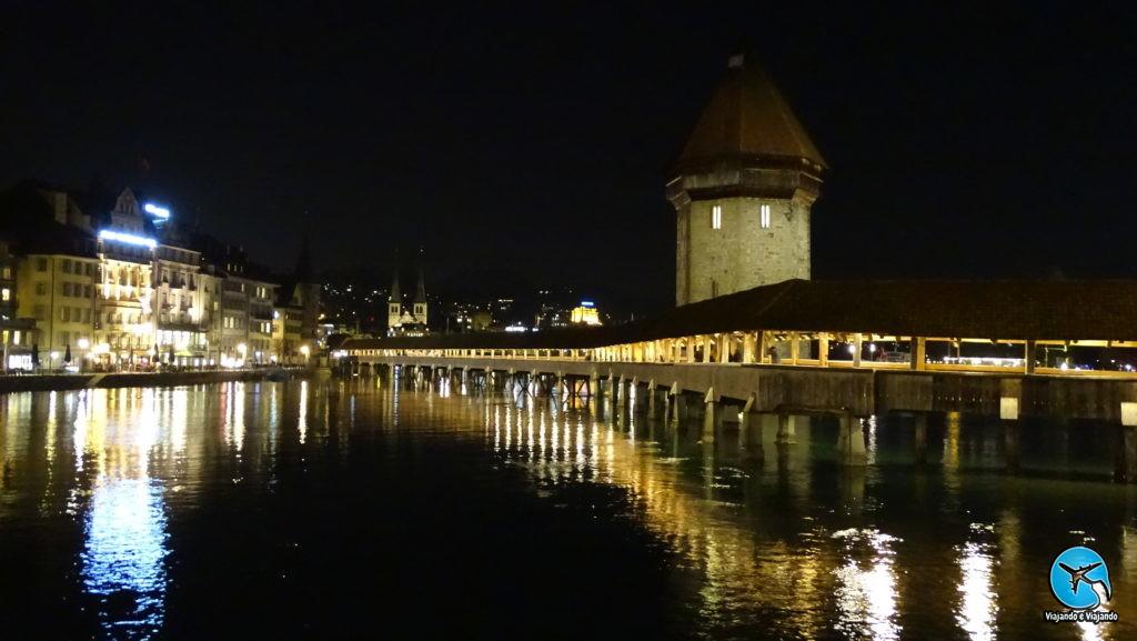 Lucerna à noite: linda iluminação da ponte da capela