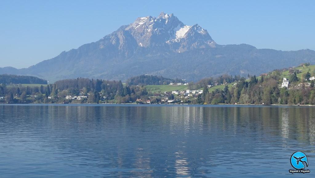 Vitznau linda cidade nas margens do Lago Lucerna