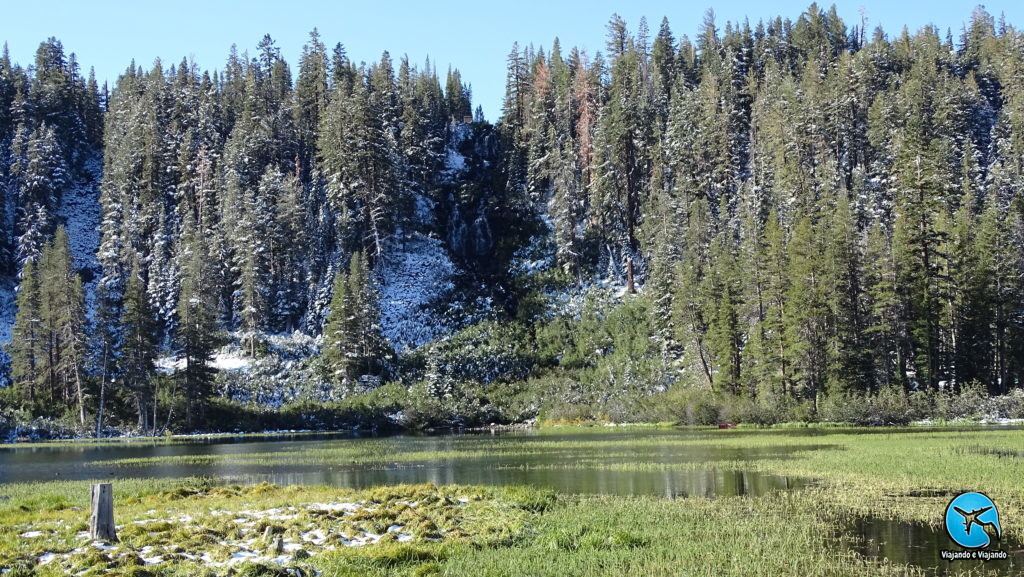 Twin Lakes em Mammoth Lakes com a cachoeira falls